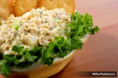Салат с сухариками и тунцом рецепт
