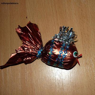 Рыбка своими руками из бросового материала 14