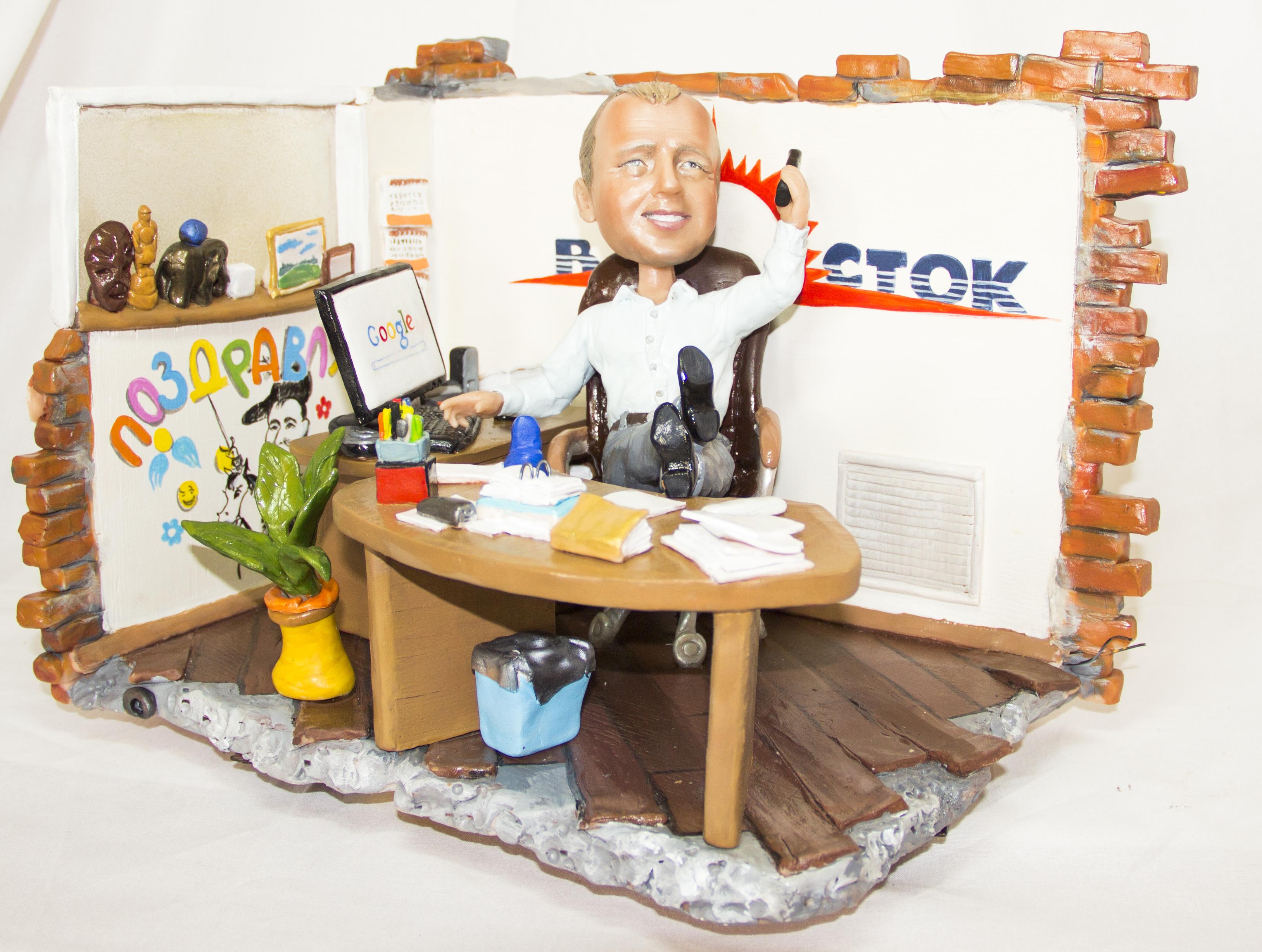С боссом на столе в офисе 17 фотография